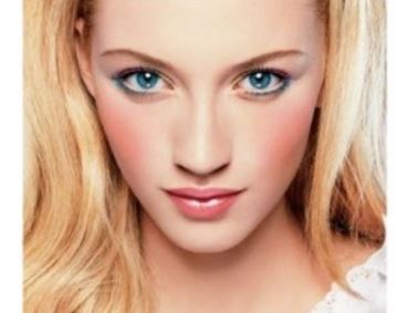 Blue eyeliner on blue eyes
